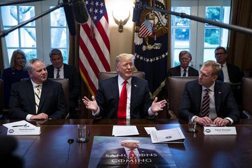نشست روز چهارشنبه (دیروز) کابینه ترامپ در کاخ سفید. تصویر روی میز جالب توجه است./ CNP