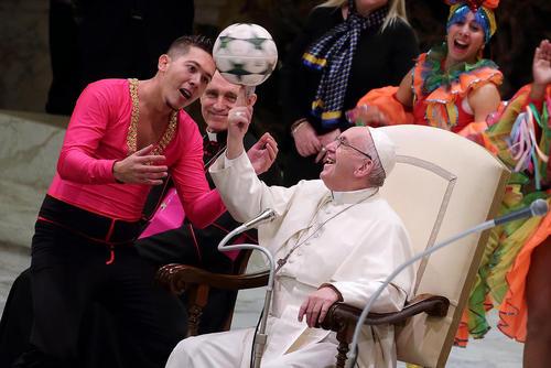 حرکت آکروباتیک پاپ با توپ فوتبال در حاشیه دیدار سیرک کوبایی با او در سخنرانی عمومی چهارشنبه در واتیکان/عکس: