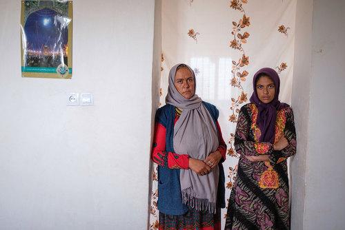 خانم ملیحه نادی (سمت چپ) ۳۷ساله از روستای چاه خو قنبر، او در ۱۵ سالگی ازدواج کرد و بعد از فوت والدینش سرپرستی خواهرش (سمت راست) را به عهده گرفت