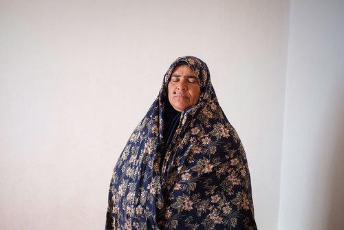فاطمه صغری حسنی ۴۵ سال دارد و در روستای زولسک زندگی میکند. همسرش سه سال پیش فوت کرد و بعد از او تمام مسئولیت زندگی بر دوش او بوده است