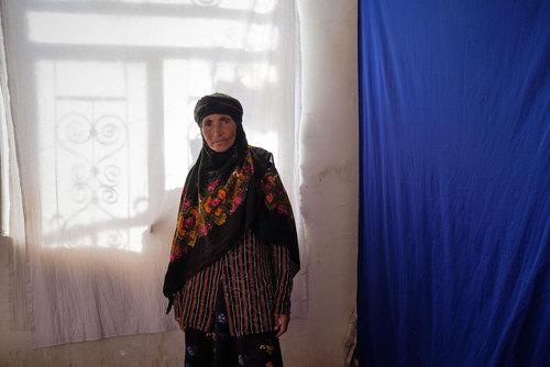 فاطمه غلاماحمدی  ۵۷ ساله است. دختر او معلول است و همسرش ناراحتی اعصاب دارد. همچون دیگر زنان روستا، فاطمه بار اصلی زندگی را به دوش میکشد
