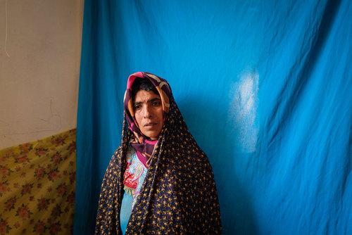 مهری ۳۷ ساله از روستای چاه خو قنبر. تمام مردم روستا مهری را به سختکوشی می شناسند. او مسئولیت دو فرزند بیمار و همچنین همسرش را که با بیماری املس درگیر است به عهده دارد
