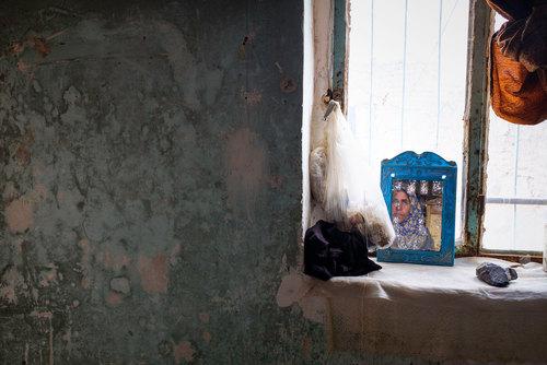 رقیه نادی ۳۷ ساله است.  در کودکی مادرش را از دست داده بود و مسئولیت خانه مادرش را به دوش میکشید . بعد از ازدواج برای گذران زندگی کنار همسرش با بیابی وخشکسالی زندگی میکند. آرزو میکند زندگی خوبی داشته باشد و  در منزلش حمام داشته باشد