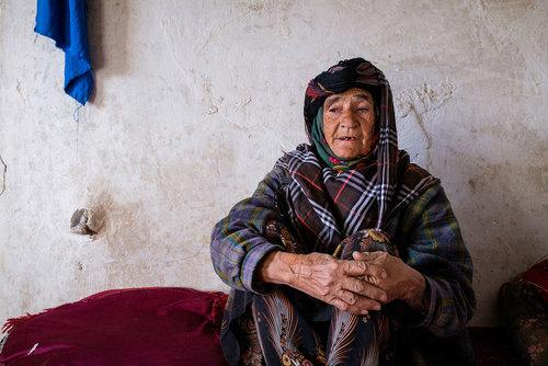 فاطمه ۷۰ سال دارد. بیش از ۲۰ سال پیش، همسرش او را ترک میکند و سه فرزندش را به تنهایی بزرگ میکند. او تنها زندگی میکند و توانایی روزهای قبل را برای کار سخت ندارد