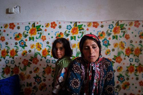 ساره نادی ۳۷ سال دارد و در روستای چاه خو قنبر زنگی میکند. ساره امیدوار است تا قبل از اینکه دخترش مقطع ابتدایی را تمام کند، شرایطی فراهم شود که بتواند هزینه سرویس مدرسه دخترش را در سربیشه پرداخت کند . دختران روستای چاهخوقنبر برای ادامه تحصیل بعد از مقطع ابتدایی باید به سربیشه بروند