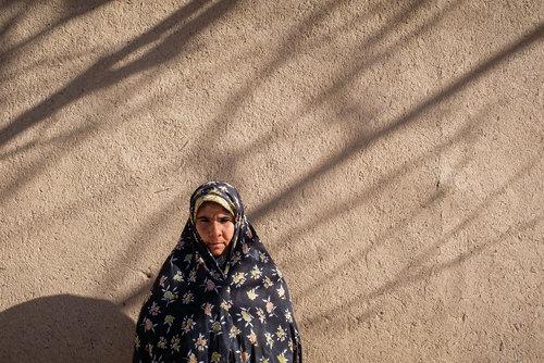 :  زهرا متولد ۵۷ است و بیش از ۷ سال است همسرش را از دست داده و روی زمین های کشاورزی افراد آشنای روستا کار میکند
