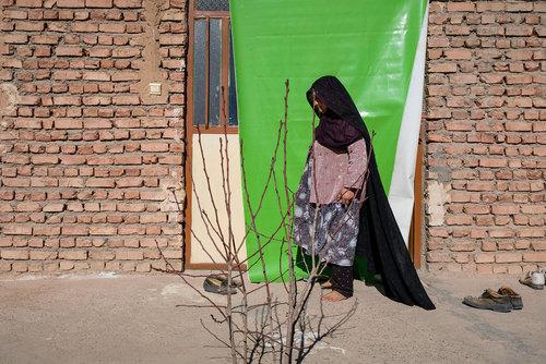 : زهرا درویشی ۵۴ سال دارد. و در روستای زولسک زندگی میکند. او علاوه بر مسئولیت خانه، امور مربوط به دام و کشاورزی را انجام میدهد