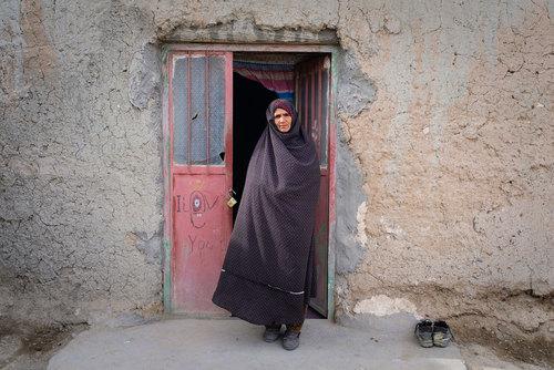 آسیه نزدیک به ۶۰ سال دارد و در روستای چاهخو قنبر زندگی میکند.