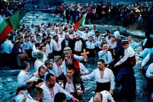 مراسم عید پاک مسیحیان ارتدوکس در رودخانه ای در بلغارستان/ خبرگزاری فرانسه