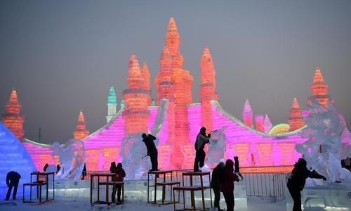مسابقه ساخت سازههای برفی و یخی در نمایشگاه سازههای برفی و یخی در هاربین چین/ شینهوا