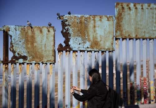 عکس گرفتن از دیوار مرزی بین مکزیک و ایالات متحده آمریکا/ آسوشیتدپرس