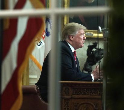 ترامپ در حال سخنرانی زنده تلویزیونی خطاب به مردم آمریکا از دفتر کارش در کاخ سفید در هجدهمین روز تعطیلی موقت دولت فدرال آمریکا به خاطر اختلافات بین کاخ سفید و دموکراتهای کنگره بر سر بودجه 5 میلیارد دلاری ساخت دیوار مرزی با مکزیک/ CNP