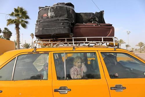 خانواده فلسطینی در تاکسی در مرز رفح بین باریکه غزه و مصر/APA
