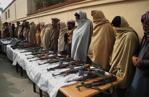 تسلیم داوطلبانه 25 ستیزهجوی طالبان به مقامات دولت افغانستان در شهر جلالآباد/ شینهوا