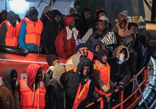 145 پناهجوی آفریقایی در قایق نجات در ساحل