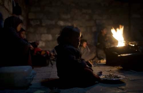 هوای سرد در اردوگاه اسکان آوارگان در باریکه غزه/ آسوشیتدپرس