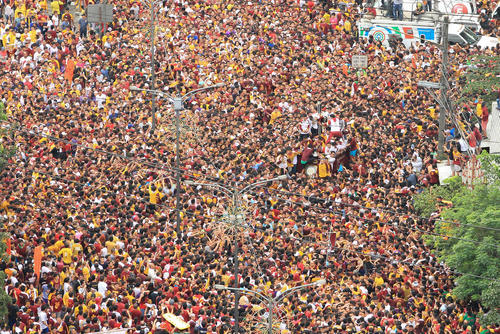 حضور قریب به 21 میلیون نفر از پیروان آیین کاتولیک در فیلیپین در مراسم همراهی مجسمه چند صدساله مسیح در شهر مانیل/ZUMA