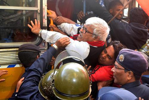 دستگیری رهبران حزب کمونیست – مارکسیست هند در شهر کلکته. فعالان کمونیست و اتحادیههای کارگری یک اعتصاب سراسری 48 ساله علیه سیاستهای اقتصادی دولت هند ترتیب دادهاند.