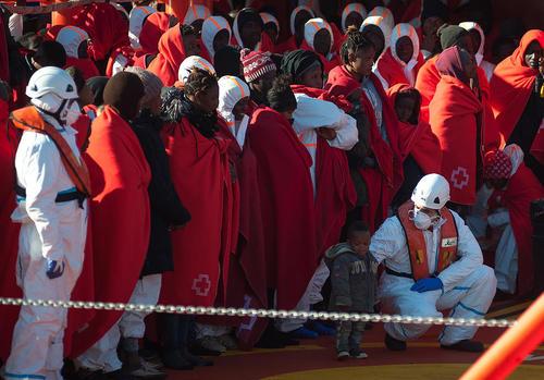 نجات 188 پناهجوی آفریقایی از دریای مدیترانه از سوی گارد ساحلی اسپانیا / بندر مالاگا اسپانیا