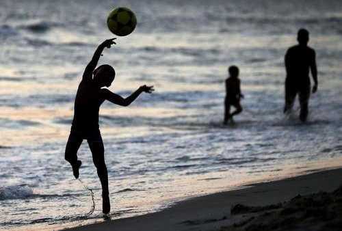 توپبازی در ساحل گرم و تابستانی شهر ریودو ژانیرو برزیل/ رویترز