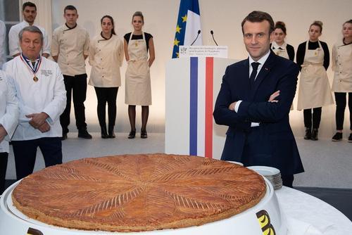 رییس جمهوری فرانسه در کنار کیک مخصوص