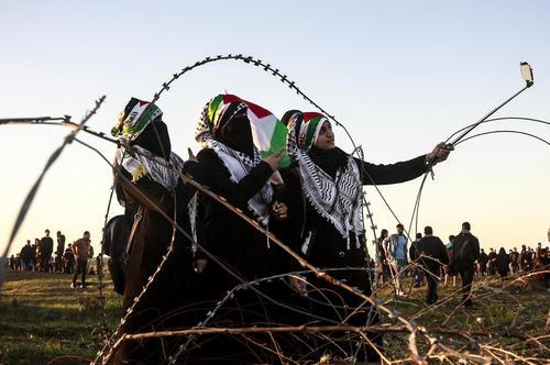 سلفی گرفتن دختران فلسطینی در حاشیه تظاهرات هفتگی