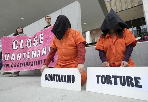 تظاهرات فعالان حقوق بشر در شهر لسآنجلس آمریکا علیه ادامه فعالیت زندان گوانتانامو آمریکا