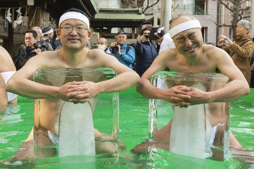 چالش آب تنی در آب یخ در معبدی در توکیو/ رویترز