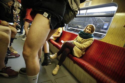 روز جهانی مترو سواری بدون شلوار/ مترو شهر ورشو لهستان