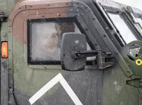بازدید وزیر دفاع آلمان با خودروی زرهی از مناطق درگیر بارش برف سنگین در ایالت باواریا آلمان/ خبرگزاری آلمان