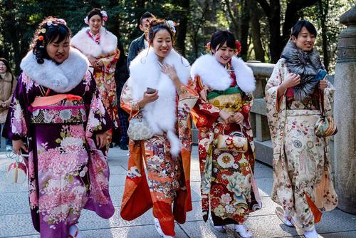 دختران 20 ساله ژاپنی با لباس سنتی