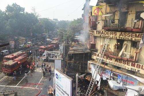 آتش سوزی در یک ساختمان 5 طبقه در کلکته هند
