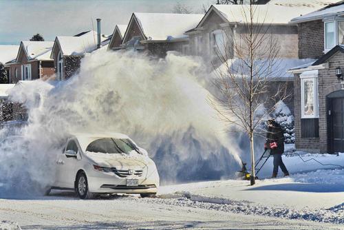 تمیز کردن برف از مقابل خانه در شهر تورنتو کانادا