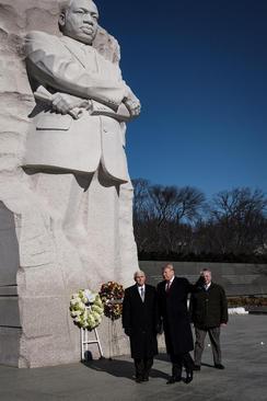 نثار تاج گل از سوی ترامپ و معاونش بر بنای یادبود