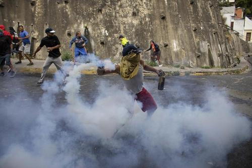 تظاهرات مخالفان حکومت ونزوئلا پس از انتشار ویدئوی یک افسر ارتش که دیروز برای ساعاتی ظن کودتا در این کشور را تقویت کرد. این افسر ارتشی از مخالفان حکومت خواست به خیابانها بریزند و علیه حکومت تظاهرات کنند./ کاراکاس/ خبرگزاری آلمان