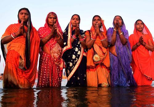 آبتنی زنان هندو در رود