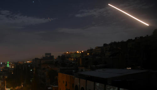 واکنش سیستم دفاع ضد موشکی سوریه به حمله بامداد دوشنبه اسراییل به شهر دمشق/ شینهوا