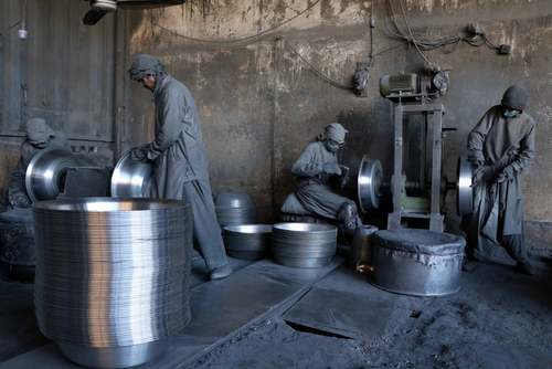 کارخانه تولید ظروف آلومینیومی در هرات افغانستان/EPA