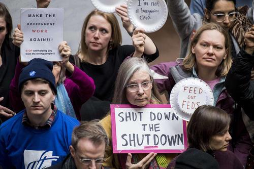 اعتراض کارمندان دولت فدرال آمریکا به تعطیلی موقت دولت فدرال برای بیش از 1 ماه در ساختمان سنای آمریکا در واشنگتن دیسی