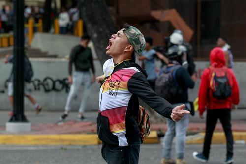 تظاهرات مخالفان حکومت ونزوئلا در شهرهای کاراکاس و والنسیا همزمان با اعلام ریاست جمهوری خودخوانده