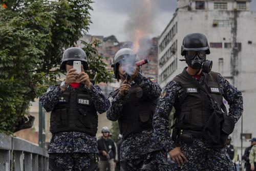 پلیس ونزوئلا در حال مقابله با تظاهرات مخالفان حکومت