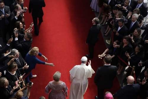 پاپ فرانسیس در کنار رییس جمهوری و بانوی اول پاناما در مقر وزارت خارجه پاناما در شهر پاناماسیتی/ آسوشیتدپرس