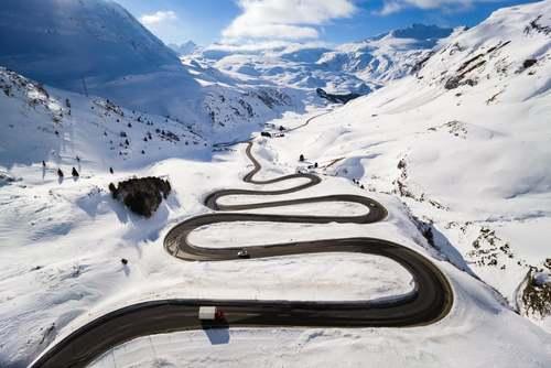 جادهای پیچ در پیچ در کوهستانهای برفی سوییس/ آسوشیتدپرس