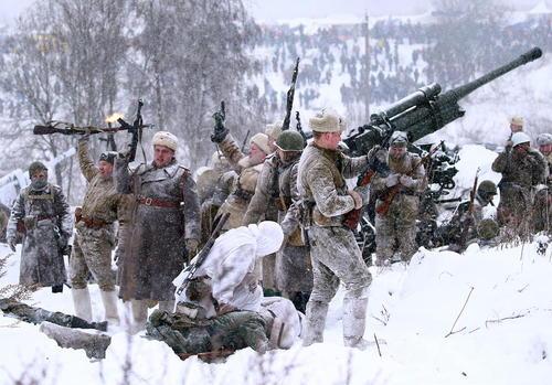 بازسازی صحنه نبرد تاریخی ارتش روسیه در هفتادوپنجمین سالگرد رفع محاصره منطقه