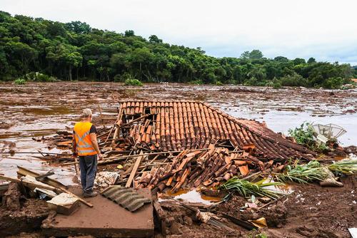 فاجعه انسانی و طبیعی در پی شکستن یک سد در جنوب برزیل. این حادثه که روز جمعه اتفاق افتاد تا کنون بیش از 30 کشته و 300 نفر مفقود برجای گذاشته است.