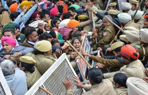 تظاهرات معلمان بیکار در مقابل دفتر وزارت آموزش در شهر آمریتسار هند/ خبرگزاری فرانسه