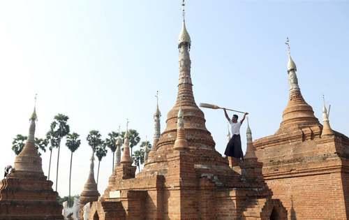 تمیز کردن معبد بوداییها در میانمار/ آسوشیتدپرس