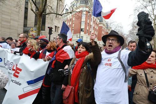 راهپیمایی دیروز شال قرمزها در پاریس- عکس ها : رویترز