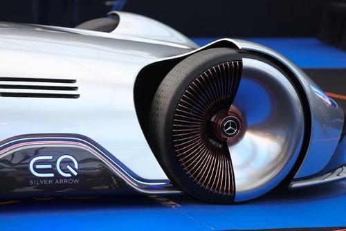 یک خودروی مفهومی بنز در نمایشگاه خودروهای مفهومی در پاریس