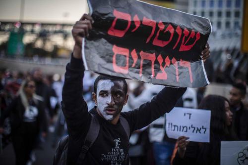 تظاهرات در تلآویو علیه تیراندازی منجر به قتل پلیس اسراییل  به یک جوان 24 ساله اتیوپایی/ خبرگزاری آلمان